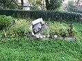 Běleč (KL), hromada náhrobků.jpg