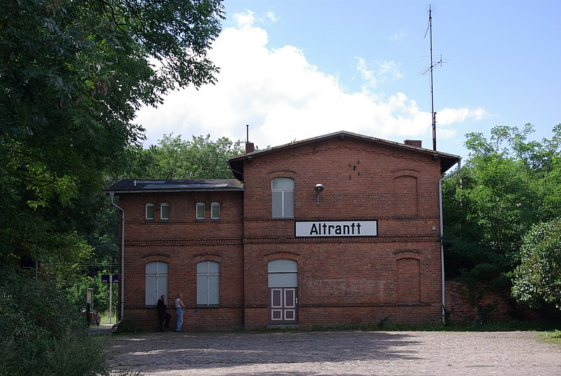 File:Bahnhoft Altranft.jpg