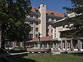 Berufsschule Hütteldorfer Straße Innenhof 3.JPG