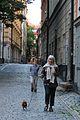 Bestemor og barnebarn lufter hunden i Gamla Stan i Stockholm.JPG