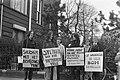 Betogers voor het Amerikaanse consulaat in Amsterdam, demonstrerend tegen bombar, Bestanddeelnr 925-5367.jpg