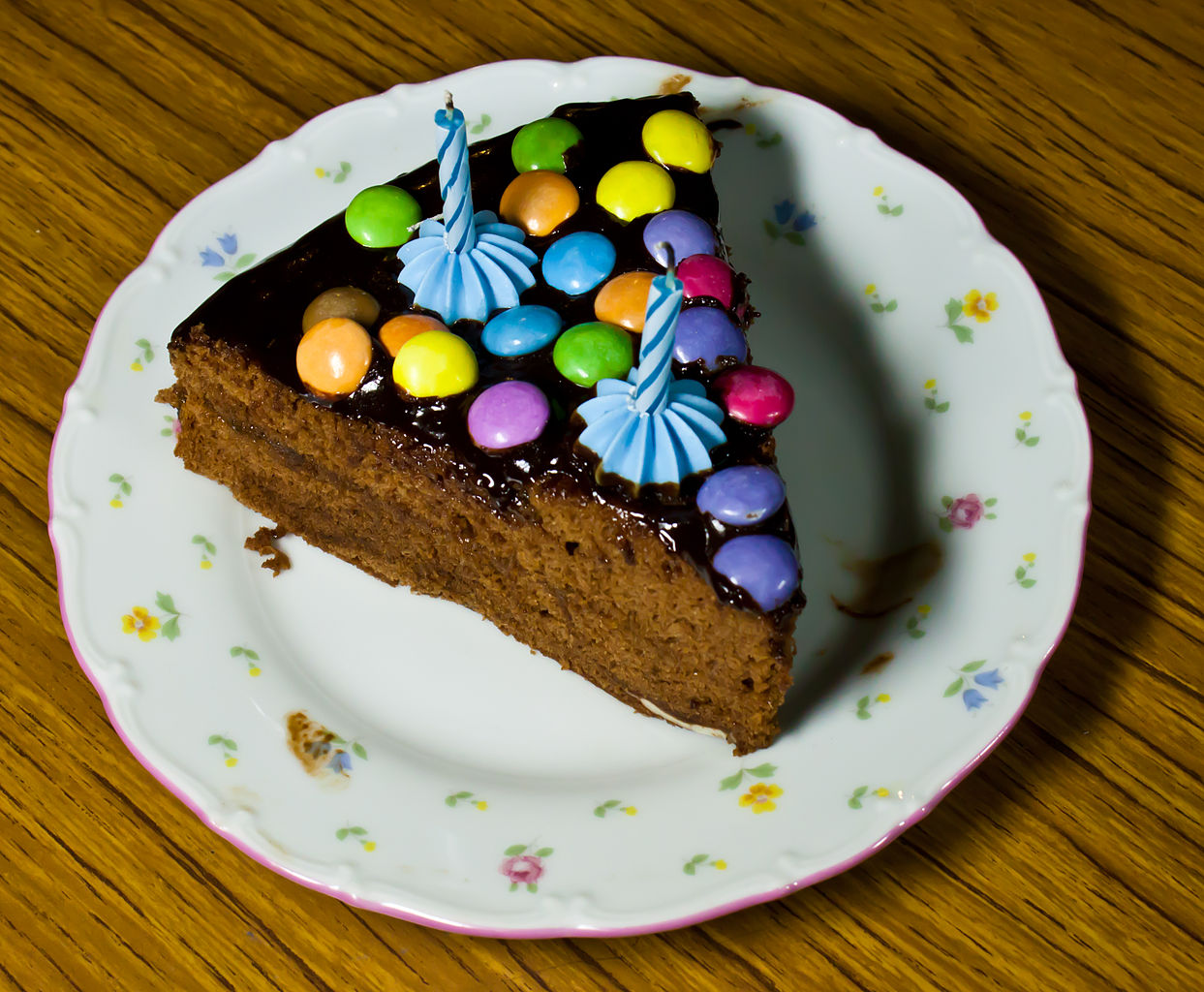 File:Birthday cake - sachertorte and coloured candies.jpg ...
