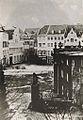 Blick vom Hof zwischen Schloß und Galeriegebäude zur Mühlenstraße. Im Vordergrund rechts die 1855-56 niedergelegte Hauptwache, Foto von vor 1855, Stadtarchiv Düsseldorf.jpg