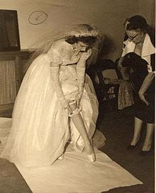 Una sposa si sfila la giarrettiera, in una foto degli anni cinquanta.