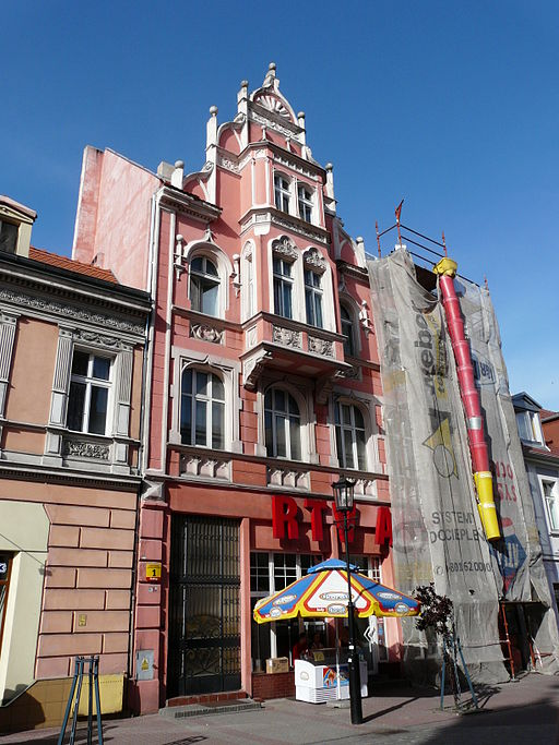 Buildings in Gniezno - tall pink.JPG