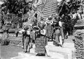 COLLECTIE TROPENMUSEUM Dansende Balinese tempeldienaars onder de tempelpoort TMnr 10004876.jpg