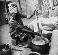 COLLECTIE TROPENMUSEUM Een Samo vrouw bezig met het roeren in een pot met sorghum of gierstepap TMnr 20010234.jpg
