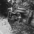 COLLECTIE TROPENMUSEUM Een vrachtwagen op zijn kant door aanhoudende regen en een slecht wegdek van de weg geraakt TMnr 20010526.jpg