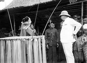 Jacob Theodoor Cremer - Image: COLLECTIE TROPENMUSEUM J.T. Cremer en zijn echtgenote tijdens een bezoek aan een Karo Batak dorp T Mnr 10018615