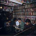 COLLECTIE TROPENMUSEUM Lezende jongeren in een bibliotheek TMnr 20018429.jpg