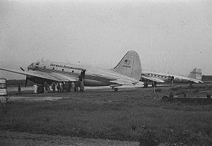 Sultan Hasanuddin International Airport - Image: COLLECTIE TROPENMUSEUM Vliegtuigen van Skyways International en de KLM op het vliegveld van Makassar T Mnr 10029499