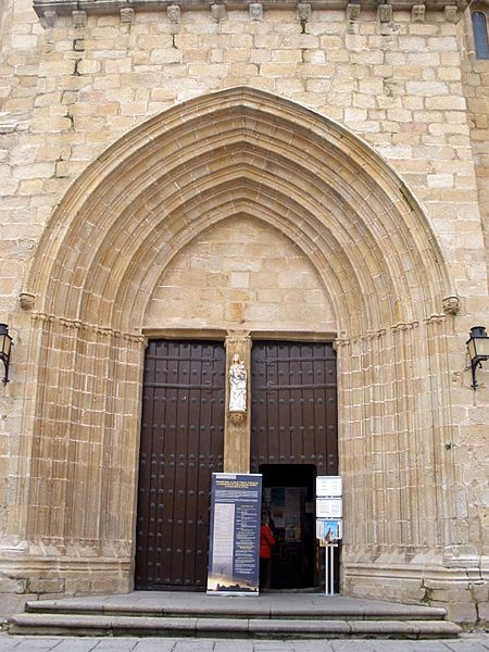 File:Caceres - Catedral, exteriores 04.jpg