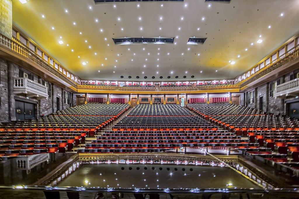 A l'intérieur du Teatro Carlo Felice à Gènes. Photo de ALPIGURU69