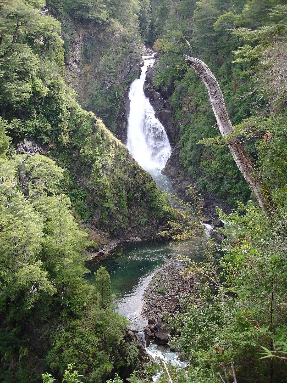 «Cascada Chachin PN Lanin» por Albasmalko - Trabajo propio. Disponible bajo la licencia CC BY-SA 3.0 vía Wikimedia Commons.