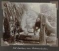 Collectie NMvWereldculturen, RV-A102-1-177, 'Het bakken van Cassavekoeken'. Foto- G.M. Versteeg, 1903-1904.jpg