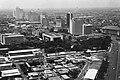 Collectie NMvWereldculturen, TM-20000933, Negatief, 'Gezicht op Jakarta met op de voorgrond de jaarmarkt en op de achtergrond de gebouwen langs Jalan Thamrin', fotograaf Henk van Rinsum, 1981.jpg