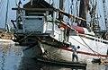 Collectie NMvWereldculturen, TM-20020636, Dia, 'Roeiboot bij een Buginese prauw in de haven Sunda Kelapa', fotograaf Henk van Rinsum, 1980.jpg