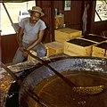 Collectie Nationaal Museum van Wereldculturen TM-20029739 Man kookt aloe in een pan Bonaire Boy Lawson (Fotograaf).jpg