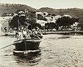Collectie Nationaal Museum van Wereldculturen TM-60062036 Toeristen worden in sloepen vanaf het cruise schip Victoria Luise aan wal gebracht in Charlotte Amalia Trinidad en Tobago fotograaf niet bekend.jpg