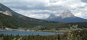 Crowsnest Mountain und Crowsnest Lake vom Crowsnest Highway aus