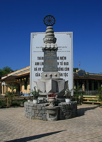 Memorial for the victims of the Hue Phat Dan shootings in 1963 Dai ki niem su kien 1963 tai Hue 1.jpg