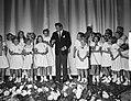 Danny Kaye zingt met een kinderkoor, Bestanddeelnr 907-3717.jpg