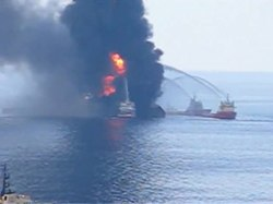 Archivo:Deepwater Horizon fire seen by US Coast Guard helicopter.ogv