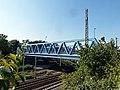 Die blaue Eisenbahnbrücke an der Albert-Hahn-Straße - panoramio.jpg