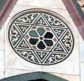 Duomo di firenze, medaglioni intarsiati in marmi nei timpani delle finestre sui fianchi 03,2.jpg