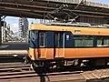 Een Mc12200 richting Nagoya langs het perron van station Yamato-Yagi, -2 augustus 2018.jpg