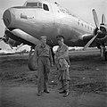 Een militair en een officier voor een vliegtuig, Bestanddeelnr 255-8232.jpg
