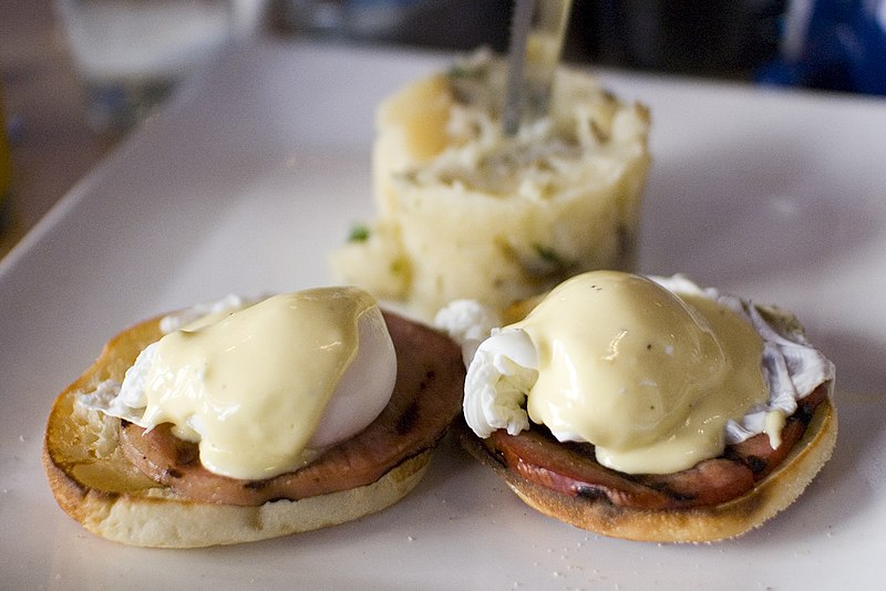 https://upload.wikimedia.org/wikipedia/commons/thumb/f/f7/Eggs_Benedict.jpg/800px-Eggs_Benedict.jpg