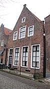 foto van Huis met topgevel met vlechtingen, parterre en twee zolderverdiepingen