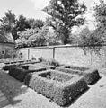 Exterieur overzicht kloostertuin, muur - Oirschot - 20325990 - RCE.jpg
