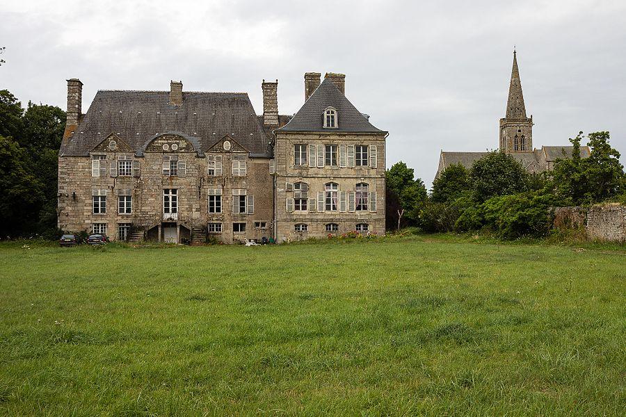 Français:  Façade du château de Réville (France).