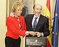 Fernández de la Vega traspasa la cartera de vicepresidente primero y portavoz del Gobierno a Alfredo Pérez Rubalcaba. Pool Moncloa. 21 de octubre de 2010.jpeg