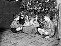 Fiúk egy karácsonyfánál 1942-ben Budapesten. Fortepan 72009.jpg