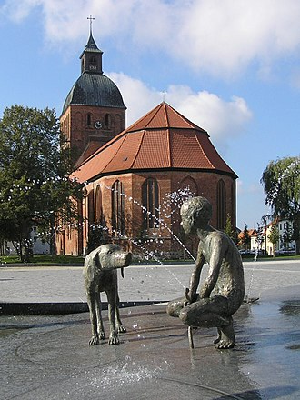 Ribnitz-Damgarten - Image: Fountain and St Mary's church in RDG 1