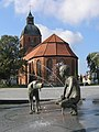 Fountain and St Mary's church in RDG 1.jpg