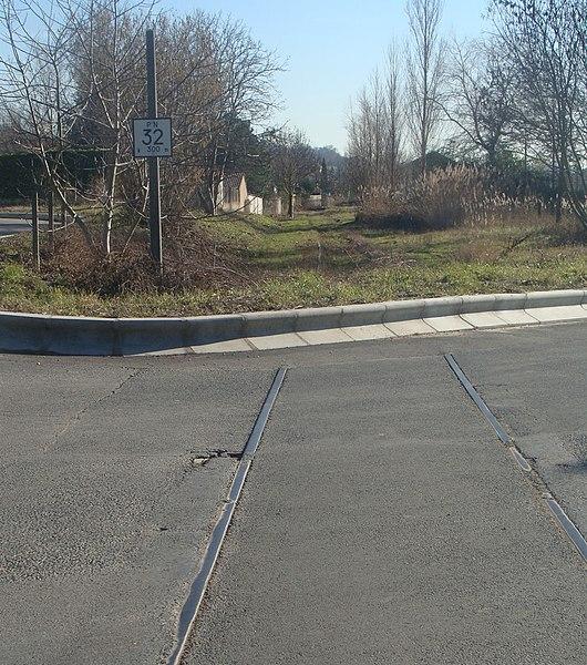 L'ancien passage à niveau n°33 sur la ligne Lyon - Trévoux à proximité de Genay (la gare est juste avant le PN 32, ici annoncé à 300 mètres).