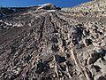 Gesteinsschichtungen am Südanstieg kurz unterm Gipfel.jpg