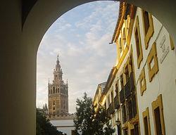 La Giralda desde el Patio de Banderas, Sevilla.