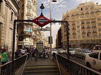 Gran Vía (Madrid Metro) - Image: Gran Vía, boca de metro 1, Madrid, España, 2015