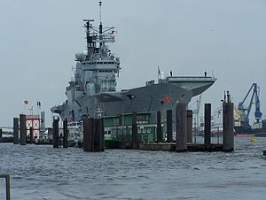 HMS Ark Royal (R07) - Hamburg 2007.jpg