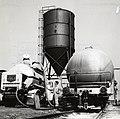 HUA-169555-Afbeelding van het overladen van cement van een silowagen van de N.S. naar een vrachtauto van Usilo op de laad- en losplaats van het N.S.-station Bilthoven te De Bilt.jpg