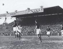 Photo en noir et blanc d'un match de football