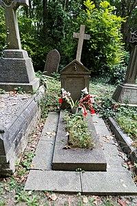 Highgate Cemetery - East - Iain Sutherland 01.jpg