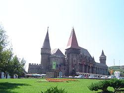 Hunyadi Castle, Hunedoara, front view.jpg