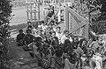 Indonesiërs bij het gebouw van de Distributie onderdistr. Getasan Kopeng. In de , Bestanddeelnr 1014.jpg
