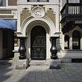 Ingangspartij van het huis Rusland, met deuromlijsting - Amsterdam - 20409018 - RCE.jpg
